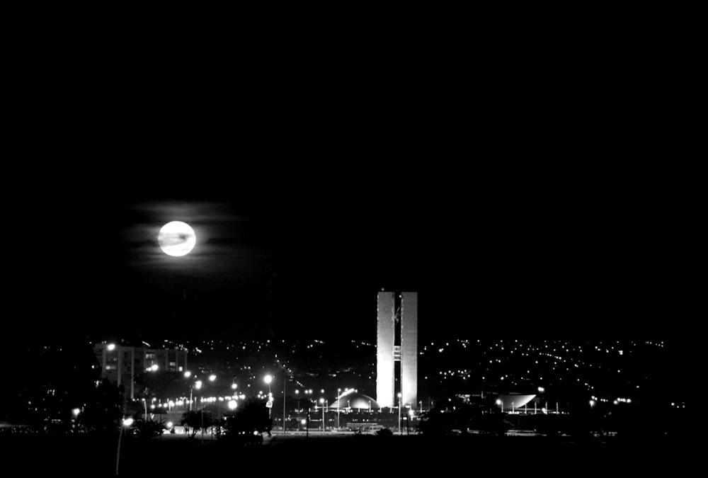 Brasilia, 05/09/1994. Foto: Zuleika de Souza/CBPress.  Ed. Cidades. Neg. 005661.  Especial Isto e Brasilia. Lua Cheia, centro de Brasilia. 14 abr. 2004. Revista Olhar Brasilia, p. 2/3.